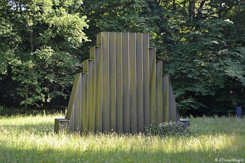 Het kunstwerk Ziggurat van Gusta Kullberg tijdens mijn wandeling langs de Beeldengalerij in Haarlem