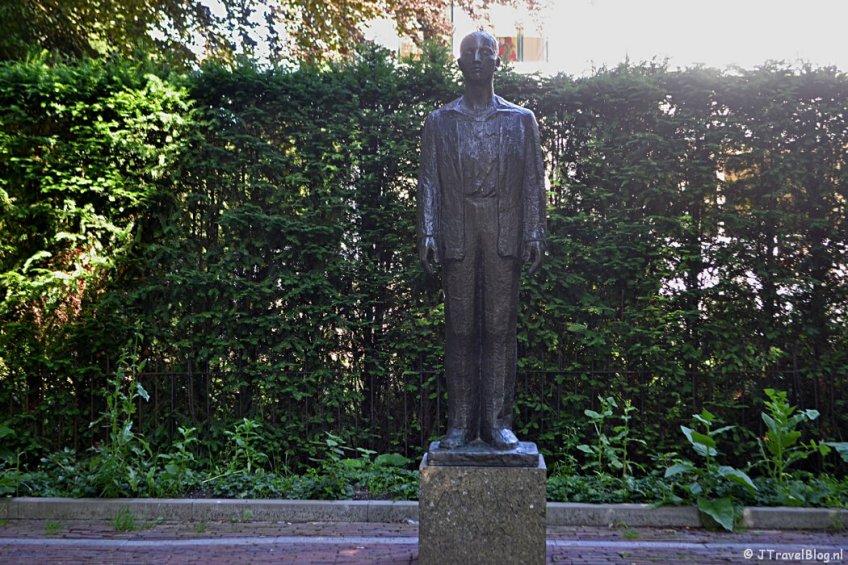 Beeld 'Man voor het vuurpeleton' tijdens de Vrijheidswandeling in Haarlem