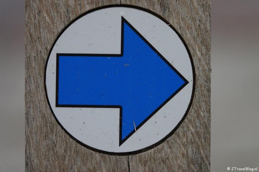 Blauwe routepijl tijdens mijn wandeling van het Fortenpad van Wandelnetwerk Amstelland/Noord-Holland