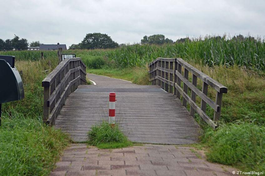 Brug over de Praamgracht in Baarn tijdens de 8e etappe van het Westerborkpad
