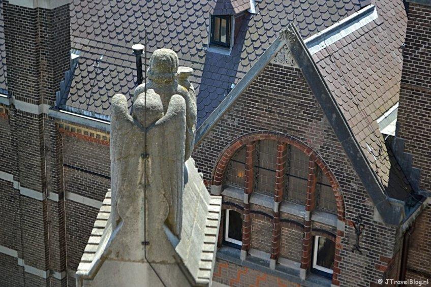 De Acoliet en de adelaar op de dwerggalerij van de Koepelkathedraal in Haarlem tijdens 'De Wezens van de Kathedraal'