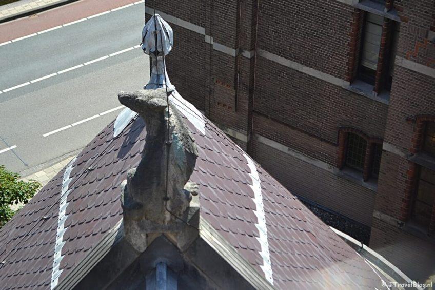 De herdershond vanaf de dwerggalerij van de Koepelkathedraal in Haarlem tijdens 'De Wezens van de Kathedraal'