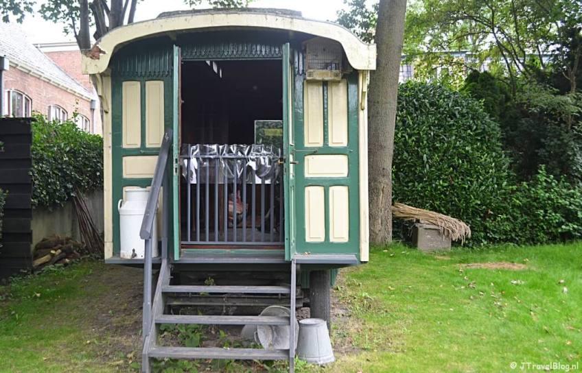 De woonwagen in Openluchtmuseum Het Hoogeland in Warffum