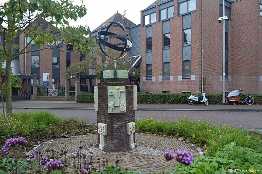 Een oorlogsmonument voor het station van Weesp tijdens de 3e etappe van het Westerborkpad