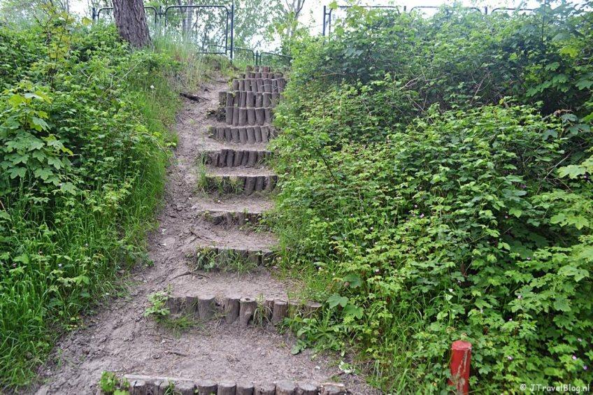 De trap naar het uitkijkpunt in Wandelbos Groenendaal in Heemstede