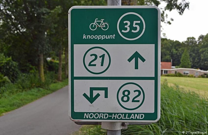 Fietsknooppunt 35 op het Duinvlietspad in Haarlem tijdens het fietsen van de Manpadroute