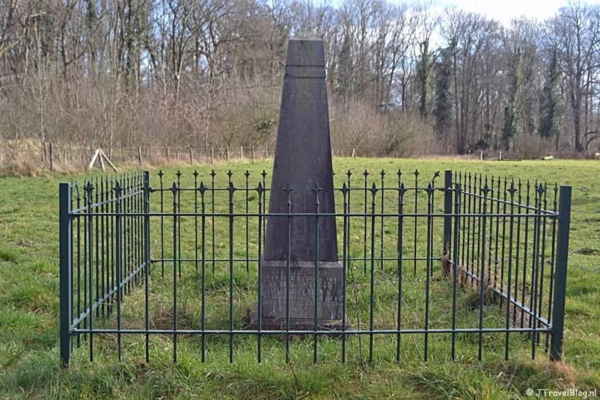 Gedenknaald Koningin Wilhelmina aan de rand van het Bennebroekbos in Bennebroek