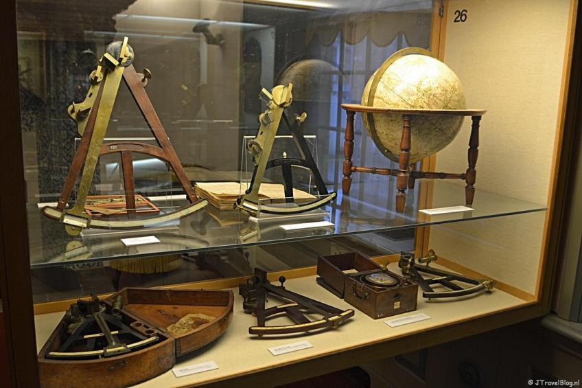 Navigatieapparatuur in het Noordelijk Scheepvaartmuseum in Groningen.