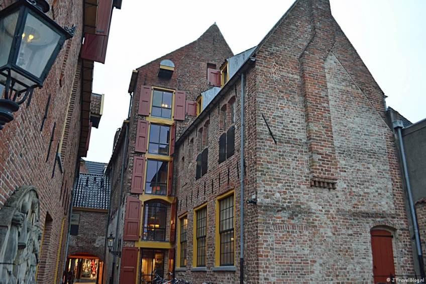 De achterkant van de panden van het Noordelijk Scheepvaartmuseum in Groningen.