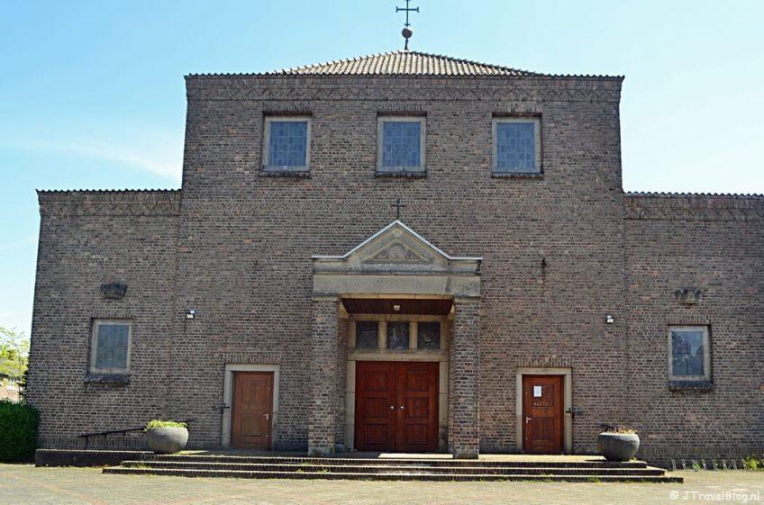De H. Jozefkerk aan de Laarderweg in Bussum tijdens de 5e etappe van het Westerborkpad