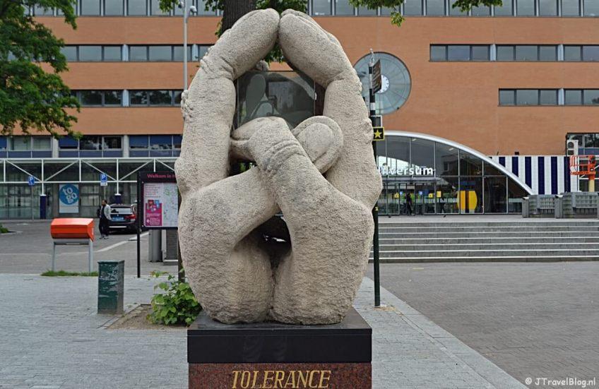 Monument van Verdraagzaamheid voor het station van Hilversum tijdens de 6e etappe van het Westerborkpad