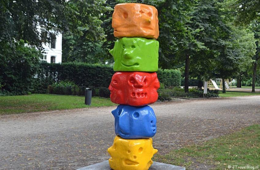 Het kunstwerk Totemetot van Frank Koolen tijdens mijn wandeling langs de Beeldengalerij in Haarlem