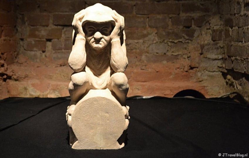 Een 3D-beeld van het poepende mannetje in de crypte van de Koepelkathedraal in Haarlem tijdens 'De Wezens van de Kathedraal'