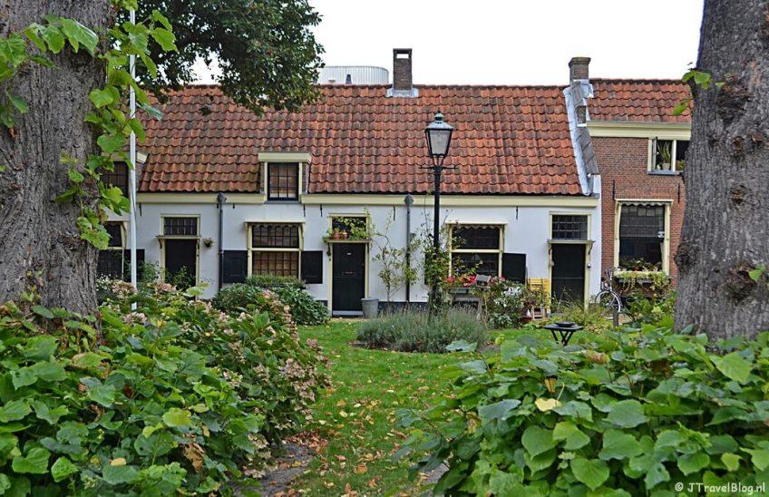 Hofje van Loo aan de Barrevoetestraat in Haarlem