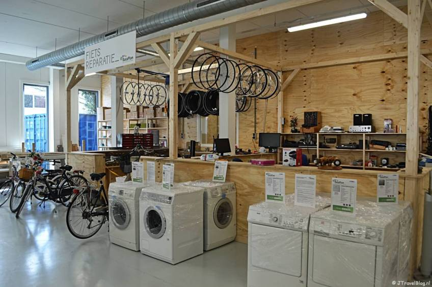 De fietsenmaker bij Kringloopwinkel RataPlan in Hoofddorp