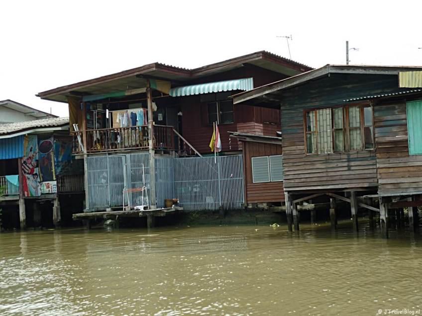 Uitzicht vanaf de longtailboat tijdens een tocht door de klongs van Bangkok