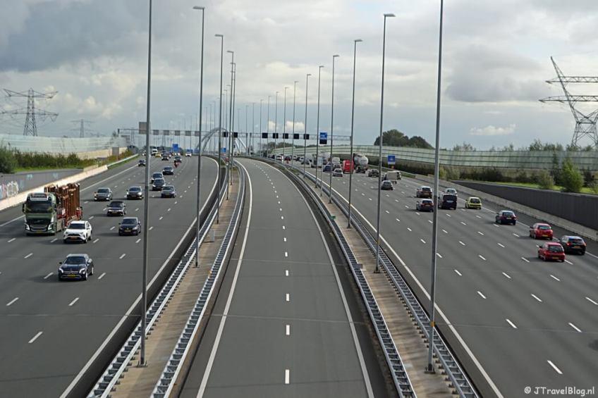 De kruising met de A1 tussen Weesp en Muiden tijdens de 3e etappe van het Westerborkpad