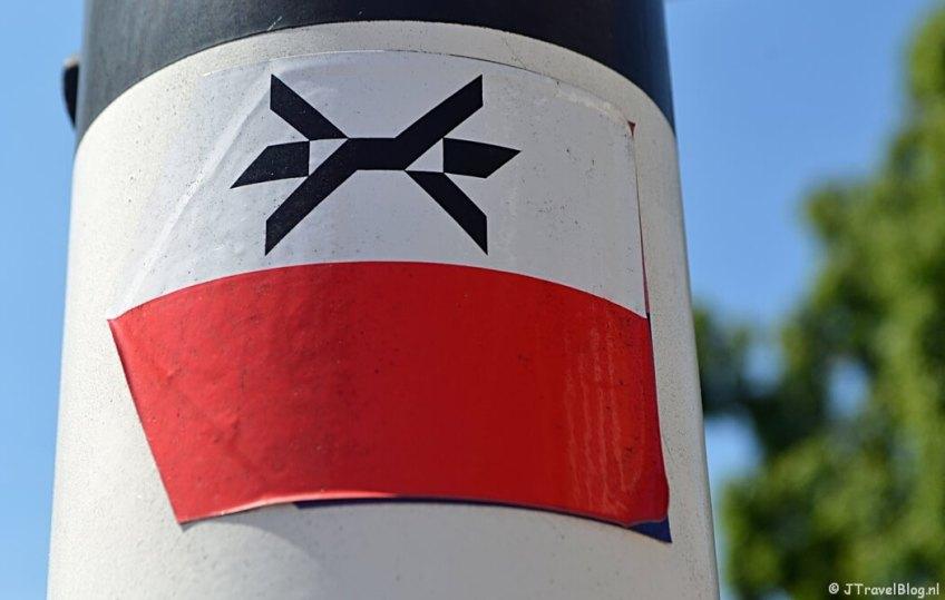 Het markeringsteken van het Westerborkpad tijdens de 5e etappe van het Westerborkpad