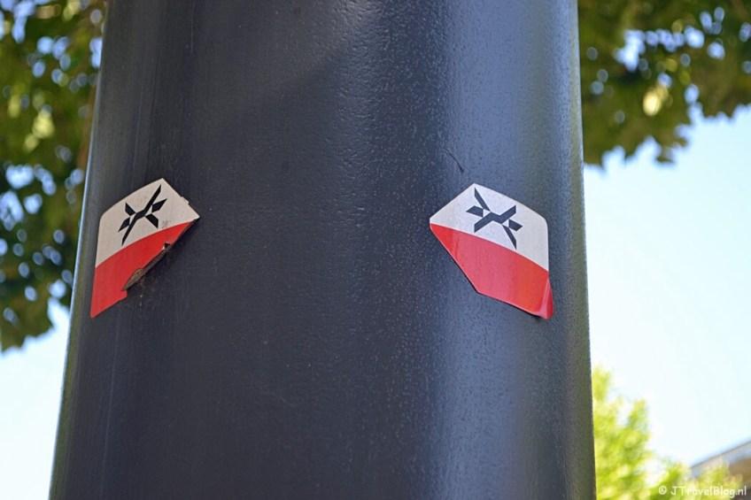 De markeringstekens van het Westerborkpad voor de Hollandsche Schouwburg in Amsterdam tijdens de 1e etappe van het Westerborkpad