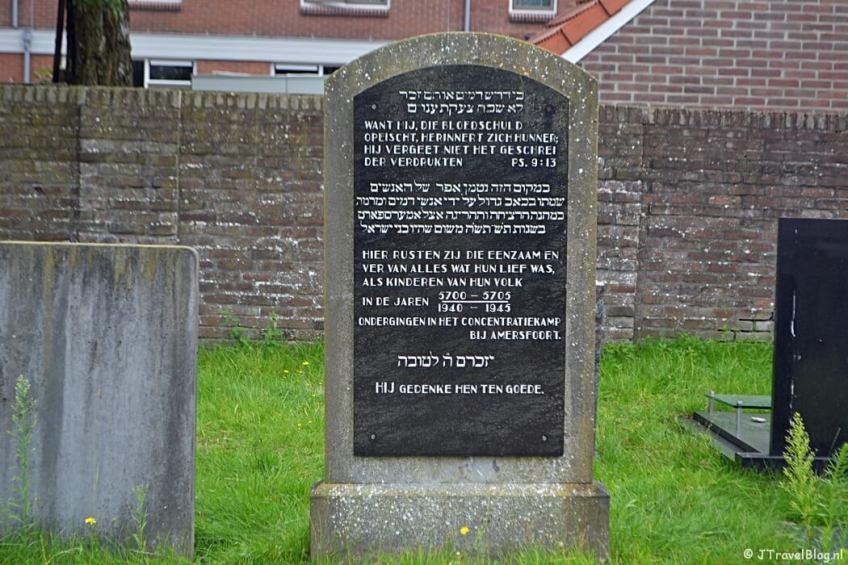 Het oorlogsmonument op de Joodse begraafplaats in Amersfoort tijdens de 8e etappe van het Westerborkpad