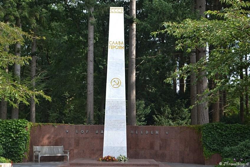 Het monument op het Russisch ereveld op begraafplaats Rusthof tijdens de 9e etappe van het Westerborkpad