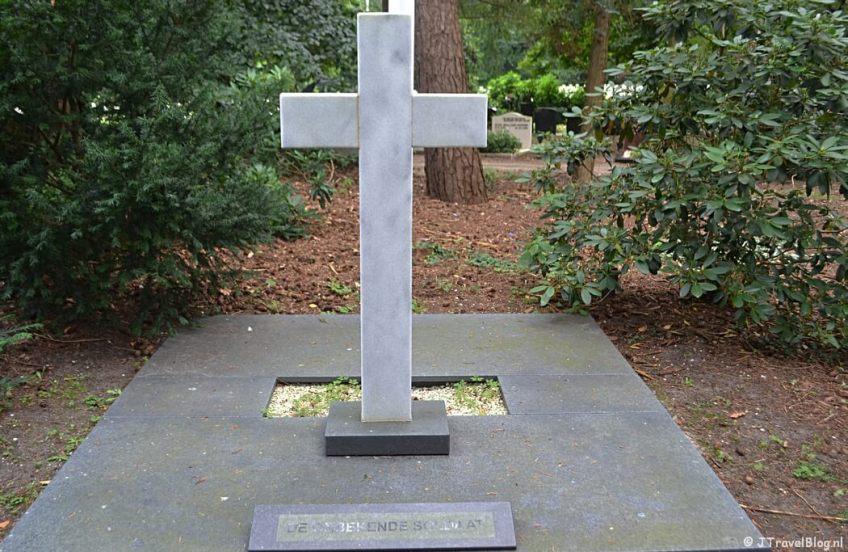Het graf van de onbekende soldaat op begraafplaats Rusthof tijdens de 9e etappe van het Westerborkpad