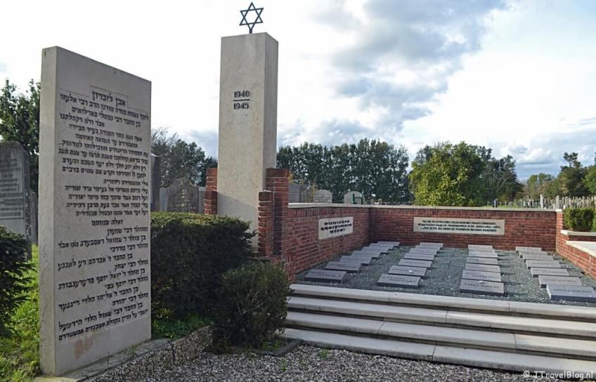 Het monument voor de slachtoffers van de holocaust op de Joodse begraafplaats in Muiderberg tijdens de 3e etappe van het Westerborkpad