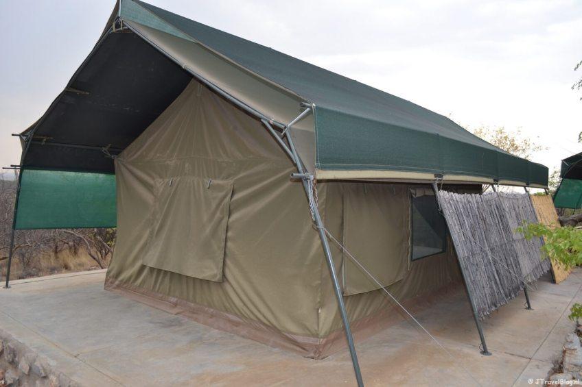 De buitenkant van mijn tent in Mondjila Safari Camp nabij het Etosha National Park in Namibië