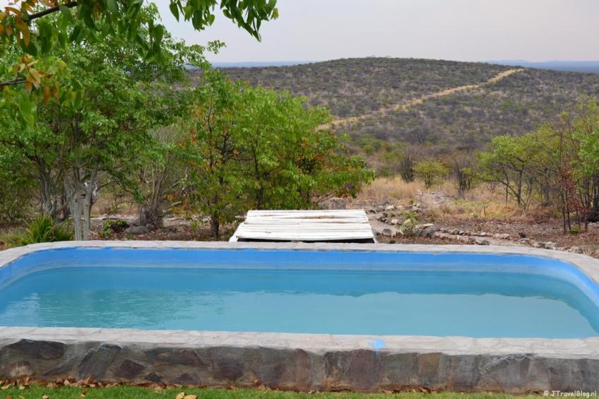 Het zwembad en het uitzicht van Mondjila Safari Camp nabij het Etosha National Park in Namibië