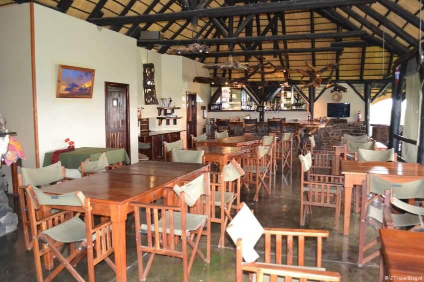 Het restaurant en de bar van Mondjila Safari Camp nabij het Etosha National Park in Namibië