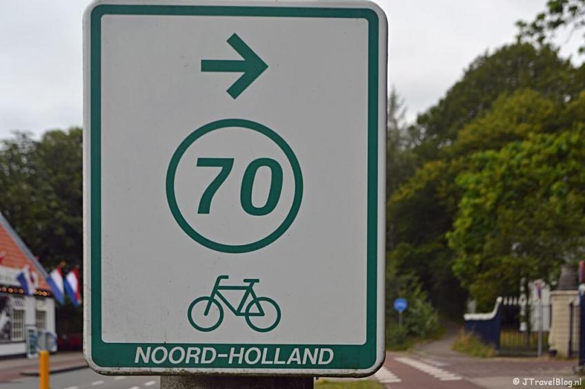 Richtingaanwijzer van fietsknooppunt 70 bij Wandelbos Groenendaal in Heemstede tijdens het fietsen van de Manpadroute