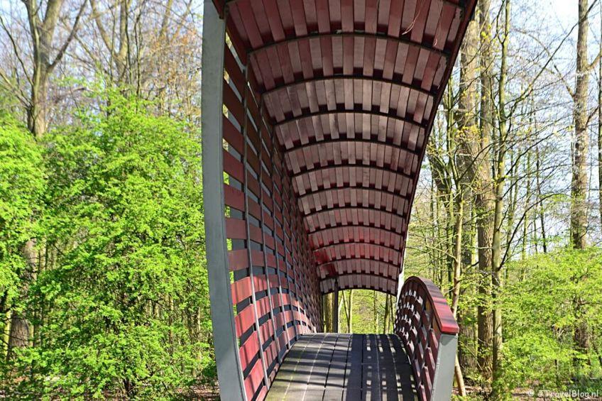 Fotoblog met rode foto's: Een toegangsbrug tot het Amstelpark in Amsterdam