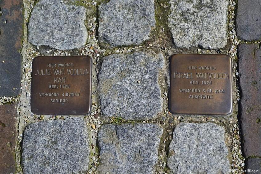 Stolpersteine voor Julie van Voolen-Kan en haar zwager Israël van Voolen aan het Spaarne 25 + 27 tijdens de Vrijheidswandeling in Haarlem