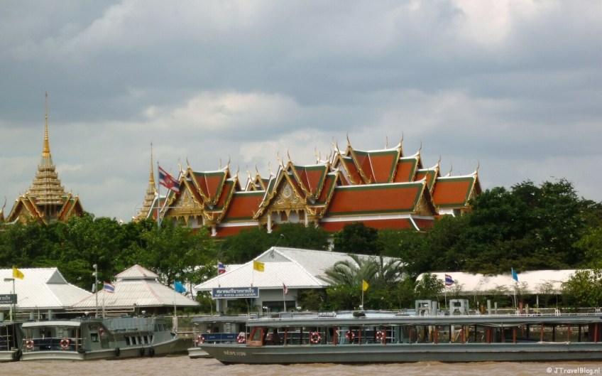 Het Grand Palace vanaf het water tijdens de boottocht door de klongs van Bangkok