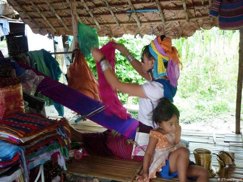De Longnecks in een dorpje in de buurt van Chiang Mai