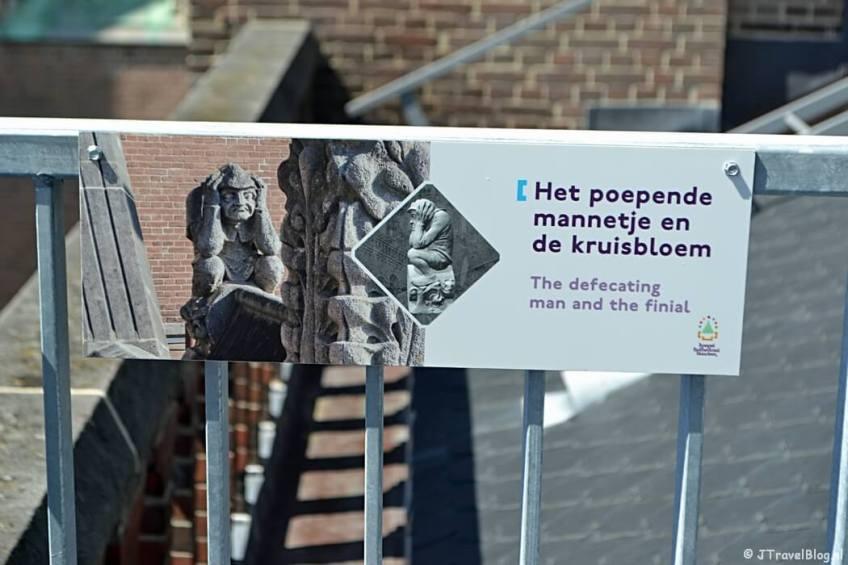 Uitleg over het poepende mannetje en de kruisbloem (het kakkertje) op het dak van de Koepelkathedraal in Haarlem tijdens 'De Wezens van de Kathedraal'