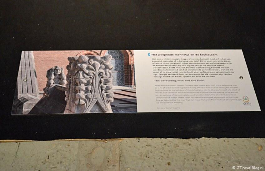 Uitleg over het poepende mannetje en de kruisbloem (het kakkertje) in de crypte van de Koepelkathedraal in Haarlem tijdens 'De Wezens van de Kathedraal'