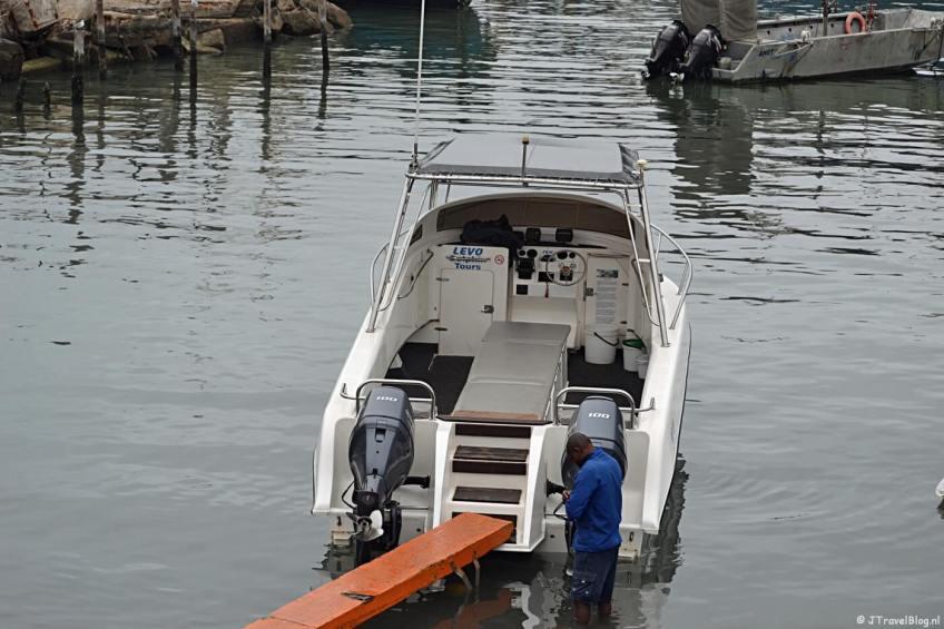 De boot wachtend op zijn passagiers in de haven vooraf aan de boottocht bij Walvis Bay