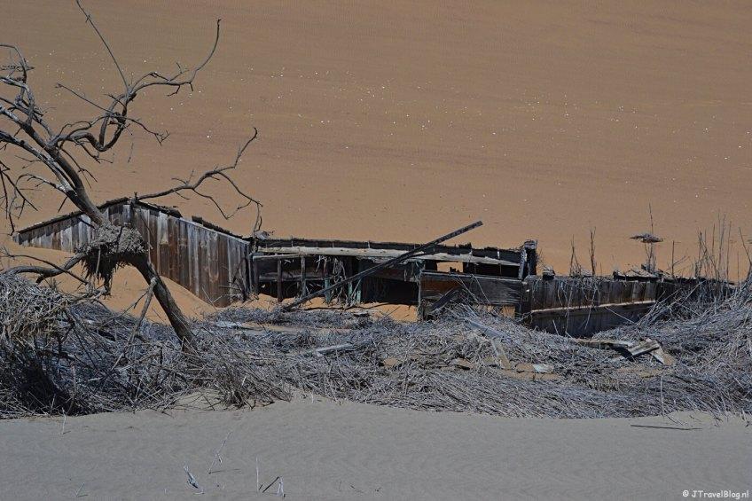 Een huis in de duinen tijdens de Living Desert Tour in de duinen bij Walvis Bay