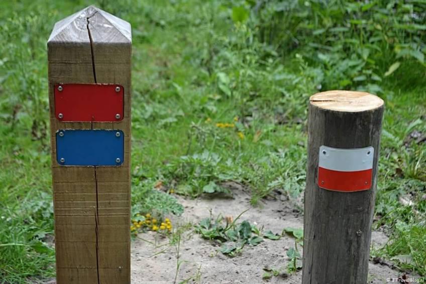 Wandelroutepaaltjes bij ingang Panneland in de Amsterdamse Waterleidingduinen