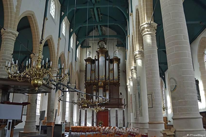 De binnenkant van de Grote of St. Laurenskerk in Weesp