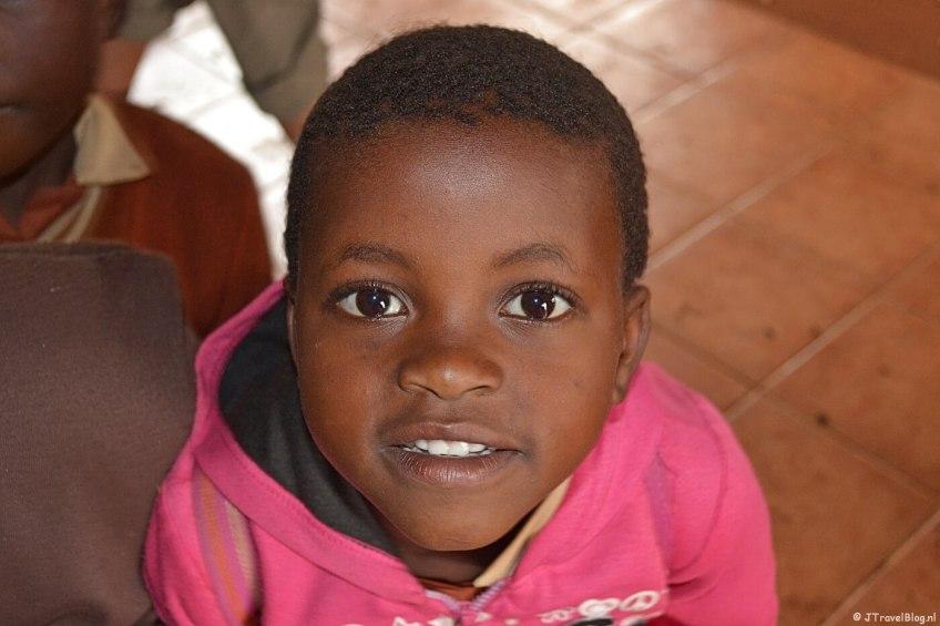 Een schoolkind in het schooltje van Nompondo