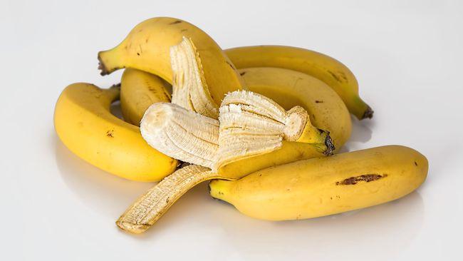 Buah pisang dapat di jadikan pakan burung merpati. Pisang memiliki kandungan karbohidrat yang bagus untuk burung.