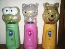 Dijual Dispenser Mini Aneka Karakter Kapasitas dispenser sebanyak 2 liter = kebutuhan harian 8 gelas Dispenser Karakter Galon Bening - Hello Kitty, Pooh, Panda, Minnie, Keropi, Rilakum, Doraemon . Ukuran kotak kemasan 16.5 x 16.5 x 45 cm Volume pengiriman 2 kg ecer : 130.000 grosir 3pcs : 120.000