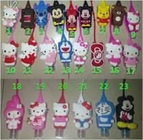 Anti Bacterial Hand Gel Sanitizer Character 3D Gel untuk cuci tangan yang dapat membunuh kuman Hand Sanitizer ini di kemas dalam botol mungil motif karakter lucu, sehingga praktis dibawa kemana aja Hand Gel ini Juga sudah termasuk pocketnya dari bahan karet yang bisa digantung di tas Isi : 29 ml/pc Domo dan Rillakuma, Wangi : LEMON SCENT Hello Kitty, Wangi : STRAWBERRY Stitch dan Doraemon, Wangi : BLUE ROSE Berat : 40 gram