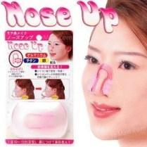 Nose up alat pemancung hidung teknologi Jepang. Alat pemancung hidung ini dibuat khusus untuk menghasilkan efek yang merata dari tulang hidung Anda sampai cuping hidung yang melebar.Nyaman dipakai dan tidak mengganggu siklus pernapasan Anda. Keunggulan Nose Up Clipper : - Mudah digunakan untuk membantu mempertajam dan membantu meninggikan hidung Anda - Anti bakteri dan lembut di pakai sehingga tidak menyakiti kulit - Mudah di bersihkan, dapat di lap menggunakan kain bersih atau di rendam dalam air sabun lalu bilas hingga bersih untuk membantu mengurangi minyak dari hidung yang menempel di nose up clipper - membantu Mempercantik hidung Anda ^_^ Cara Penggunaan : - Gunakan 10-15 menit setiap hari, dan lihat perubahannya dalam 1-2 minggu. - Dipakai diatas cuping, tepat digaris hidung untuk menaikkan hidung. - Untuk hasil permanen gunakan setiap hari selama kurun waktu 3-6 bulan dan lihat perubahan pada hidung Anda. Berat : 50 gram ecer : 15.000 grosir 3pcs : 10.000