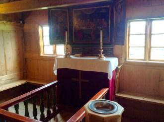 Altar y pila bautismal