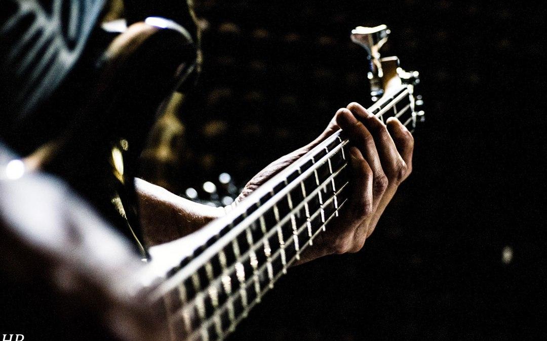 Guitarrista cuida el instrumento: tus manos!