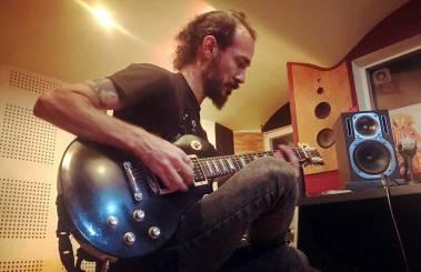 En el estudio grabando guitarras para Anna Fiori