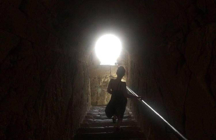 Jelena caminando hacia la luz